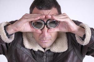 Porträt des Mannes mit Motorradbrille foto