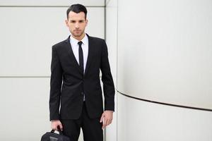 junger Geschäftsmann nahe einem Bürogebäude