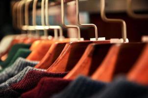 Männerkleidung hing im Schrank foto