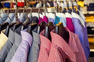 Herrenbekleidung in einem Einzelhandelsgeschäft foto