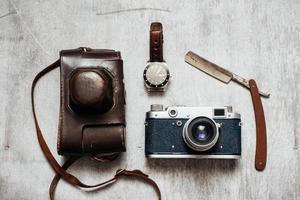 Herrenzubehör, auf einem hölzernen Hintergrund Retro Kamera Uhr Rasiermesser