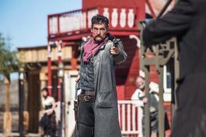 Sheriff duelliert sich mit Banditen in der Stadt foto
