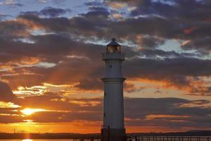 Leuchtturm bei Sonnenuntergang foto