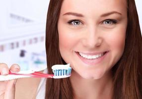 attraktive weibliche saubere Zähne foto