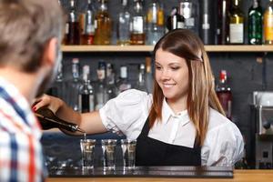 Barkeeperin bei der Arbeit foto