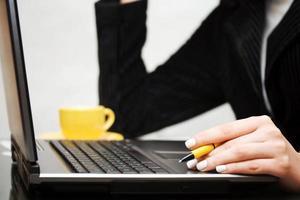 weibliche Hände mit Laptop foto