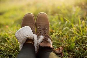 weibliche Füße in Stiefeln