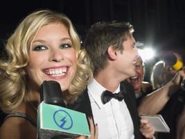 weibliche Berühmtheit spricht ins Mikrofon foto
