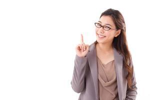 glückliche weibliche Geschäftsführerin zeigt foto
