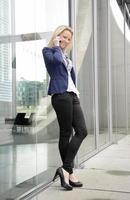 berlin, weibliche managerin mit Smartphone foto