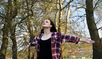 gesunde Frau, die Yoga in der Natur tut
