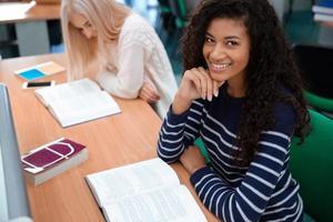Studentinnen, die Bücher an der Universität lesen foto