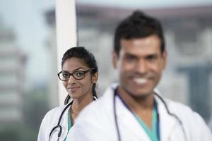 indische Ärztin mit ihrer Kollegin
