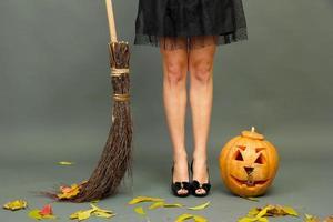 Halloween-Hintergrund mit hübschen weiblichen Beinen foto