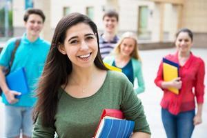 Studentin im Freien mit ihren Freunden