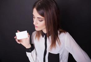 attraktive Frau, die ihre Kreditkarte hält foto