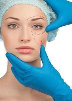 weibliches Gesicht vor der Operation der plastischen Chirurgie foto