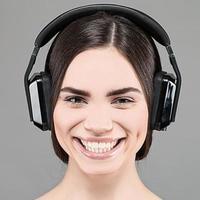 Hören Sie die Musik, Frauenporträt mit Kopfhörern foto