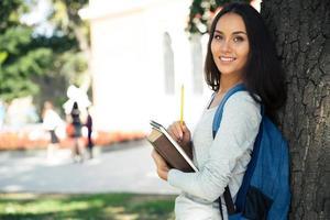 Porträt eines fröhlichen weiblichen Teenagers s foto