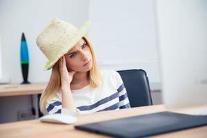 weiblicher Bildbearbeiter, der am Tisch sitzt foto