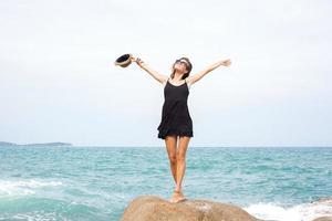 junges hübsches weibliches Modell auf dem Meer foto