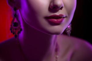 Schönheits-Nahaufnahmeporträt der weiblichen Lippen
