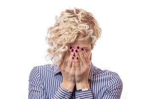 Frau bedeckte eigenes Gesicht mit ihren Händen foto