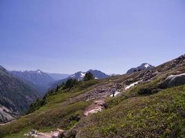 einsame weibliche Rucksacktouristin auf Bergpfad foto