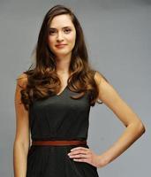 junges attraktives weibliches Modell, das aufwirft