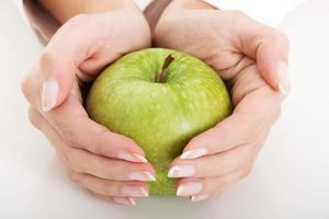 frischer Apfel in den Händen der Frau. foto