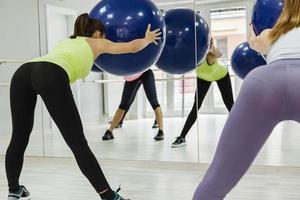 Gruppe von Frauen, die Pilates machen