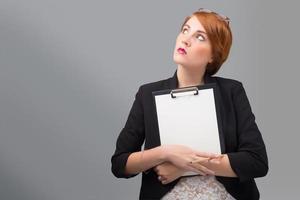 Geschäftsfrau mit weißem Blatt Papier foto