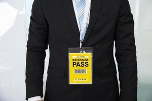 Mittelteil des Geschäftsmannes, der Backstage-Pass trägt foto