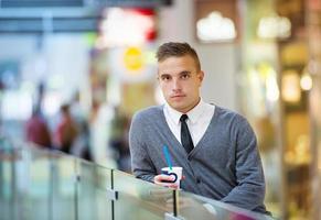 Mann im Einkaufszentrum trinken foto