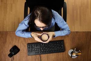 Frau, die am Schreibtisch arbeitet, schoss von oben