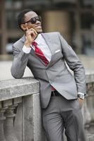 selbstbewusster afroamerikanischer Geschäftsmann foto