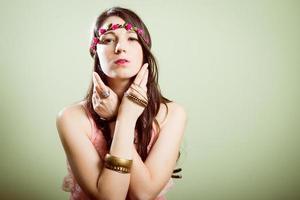 Studioporträt des Hipsters, der trendigen Blumenkranz trägt