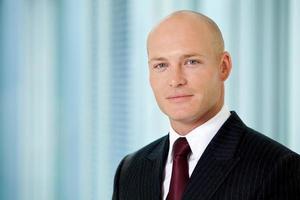 Porträt des jungen kaukasischen Geschäftsmannes im Amt foto