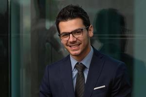 Porträt eines schönen lässigen Geschäftsmannes lächelnd foto
