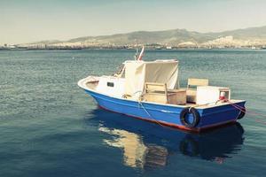 altes hölzernes Vergnügungsboot, das in der Bucht von Izmir verankert ist foto