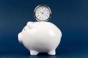 Sparschwein und Uhr