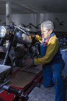 Mann, der ein Motorrad platziert foto