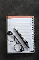 Büromaterial und Brille.