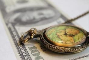 Taschenuhr und Geld foto