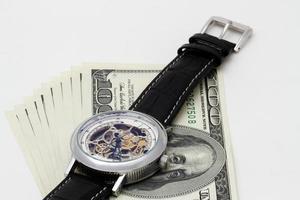 Uhr und Geld Nahaufnahme. Zeit ist Geldkonzept foto