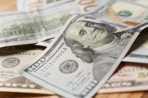 Stapel von 100-Dollar-Banknoten foto