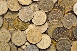 viele glänzende Münzen aus gelbem Metall foto