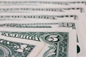 Stapel verschiedener Dollarnoten als Hintergrund foto