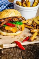 hausgemachter Chili-Burger mit würzigen Pommes foto