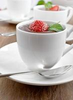 Schokoladenmousse mit Erdbeere foto